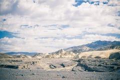 在死亡谷亚利桑那的多云天空 库存照片