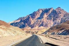 在死亡谷国家公园艺术家` s驱动,美国的路 免版税图库摄影