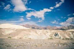 在死亡谷沙漠的多云滑雪  免版税库存图片