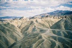 在死亡谷的多云天空 库存照片