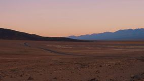 在死亡谷的广角看法在加利福尼亚在晚上 股票视频