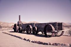 在死亡谷的西部阵营的老奇怪的木车 免版税库存照片