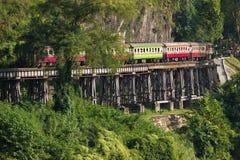 在死亡铁路的五颜六色的火车 免版税图库摄影