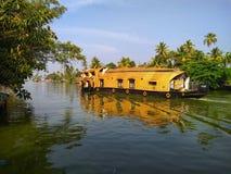 在死水的居住船 库存照片