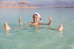 在死海的愉快的小的圣诞老人 免版税图库摄影