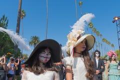 在死者的天期间,参加者在传统衣物 免版税库存图片