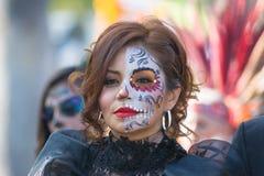 在死者的天期间,有糖头骨构成的妇女 免版税库存照片