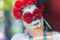 在死者的天期间,有糖头骨构成的妇女 库存照片
