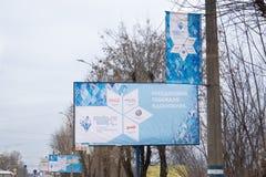 在残奥火炬传递期间,横幅在杆街道上垂悬了 免版税库存照片