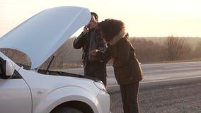 在残破的汽车附近的人身分和要求在电话的帮助 股票视频