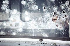 在残破的玻璃后的人 图库摄影