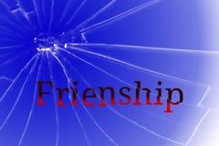 在残破的玻璃的文本友谊 争吵或冲突概念 免版税库存图片