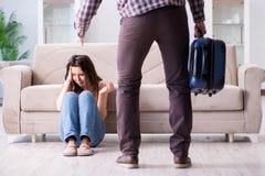 在残破的关系概念的年轻家庭 免版税库存图片