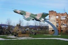 在残破的房子前面的战斗机 免版税库存照片