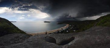 在残破的海湾珍珠海滩NSW澳大利亚的超级单体风暴 库存图片