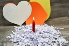 在残破的爱抽象的红色蜡烛 免版税图库摄影