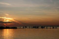 在残破的码头的日落 库存图片