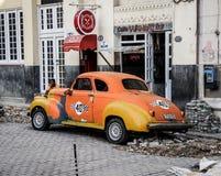 在残破的街道,哈瓦那,古巴的老出租汽车 库存图片