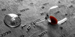 在残破的玻璃的红葡萄酒 图库摄影