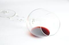 在残破的玻璃的红葡萄酒 免版税库存图片