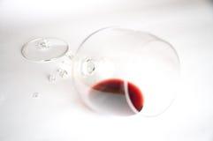 在残破的玻璃的红葡萄酒 库存图片