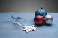 在残破的玻璃附近的圣诞节玩具 库存图片