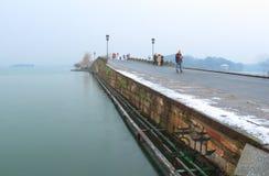 在残破的(duanqiao)桥梁的熔化的雪在早晨 免版税库存照片