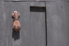 在殖民地木门的生锈的通道门环 库存图片