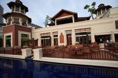在殖民地样式的大厦,游泳池,咖啡馆,在庭院和大厦旁边 库存图片
