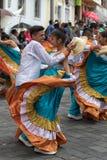 在殖民地衣裳的土产夫妇跳舞 库存图片