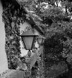 在殖民地豪宅的油灯 免版税库存照片