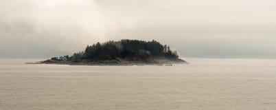 在段落加拿大人水里面的小海岛 图库摄影