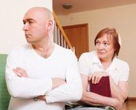 在母亲和儿子之间的冲突 免版税库存照片