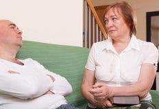 在母亲和儿子之间的冲突 库存图片
