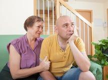 在母亲和成人儿子之间的争吵 免版税库存图片