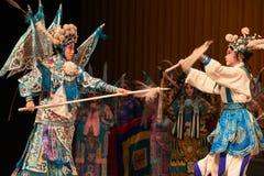 """在母亲和杨Family†的儿童北京Opera""""妇女将军的之间竞争 库存图片"""