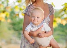 在母亲手上的幸福婴孩 库存图片
