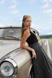 在母亲边饰汽车附近的俏丽的女孩 免版税库存照片