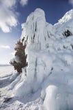 在母马` s的冰柱朝向海角,贝加尔湖, Olkhon海岛 冬天 图库摄影