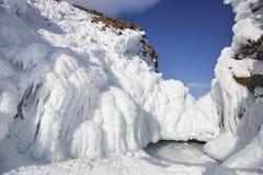 在母马` s的冰柱朝向海角,贝加尔湖, Olkhon海岛 冬天 免版税库存照片