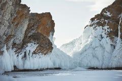 在母马` s的冰柱朝向海角, Olkhon海岛 33c 1月横向俄国温度ural冬天 库存照片