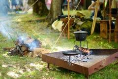 在每年中世纪节日期间,准备在的历史再制定活动家食物开火,举行在特拉凯半岛 免版税图库摄影