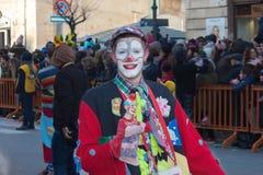在每年狂欢节期间的滑稽的微笑的小丑在意大利 免版税库存照片