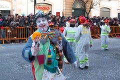 在每年狂欢节期间的滑稽的微笑的小丑在意大利 免版税库存图片