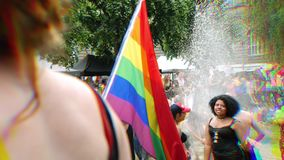 在每年自豪感的愉快的LGBT快乐人群庆祝跳舞的 股票视频