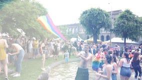 在每年自豪感的愉快的LGBT快乐人群庆祝跳舞的 股票录像