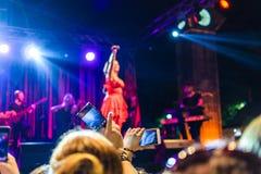 在每年金黄扣子音乐节的人群在Cinarcik镇-土耳其 免版税库存图片