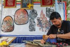 在每年Lumpini文化节日的皮革木偶wayang制造商 库存图片