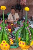 在每年Lumpini文化节日的祈祷的装饰制造者 免版税库存图片