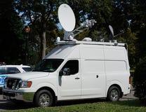 在比利・简・金国家网球中心前面的电视台卡车在纽约 免版税库存照片